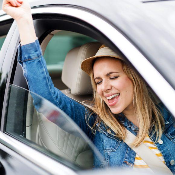 Escutar música ao dirigir pode combater estresse no trânsito